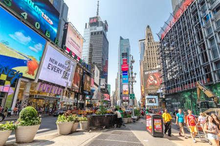 new york time: CIUDAD DE NUEVA YORK - 22 de julio: la gente no definidas pasan a trav�s de Times Square el 22 de julio de 2014 en Nueva York. Times Square es una importante intersecci�n comercial en Manhattan, en el cruce de Broadway y 7th Ave.