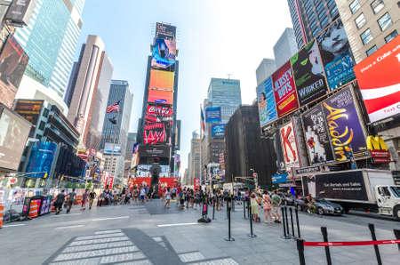 new york times square: CIUDAD DE NUEVA YORK - 22 de julio: la gente no definidas pasan a trav�s de Times Square el 22 de julio de 2014 en Nueva York. Times Square es una importante intersecci�n comercial en Manhattan, en el cruce de Broadway y 7th Ave.