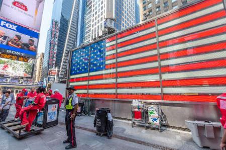 new york times square: CIUDAD DE NUEVA YORK - 22 de julio: El oficial de polic�a se encuentra en Times Square el 22 de julio de 2014 en Nueva York. Times Square es una importante intersecci�n comercial en Manhattan, en el cruce de Broadway y 7th Ave.