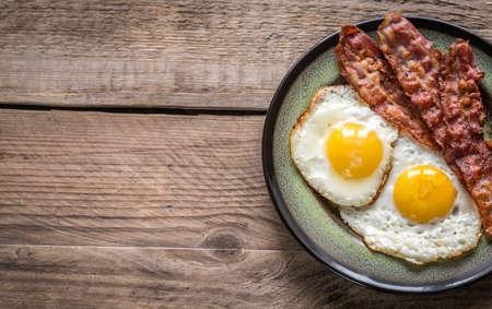 huevos fritos: huevos fritos con tocino Foto de archivo