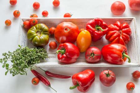 verduras verdes: tomates frescos y pimientos