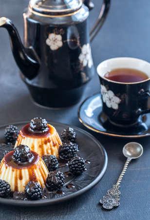 vanilla pudding: Vanilla pudding with blackberries