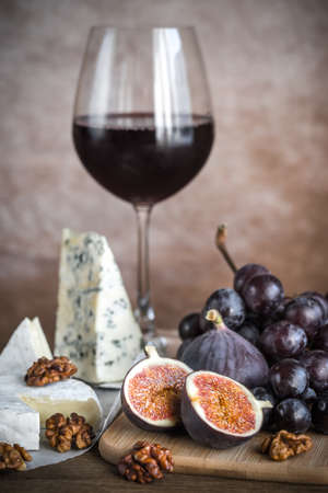 zinfandel: Red wine with cheese and fruits