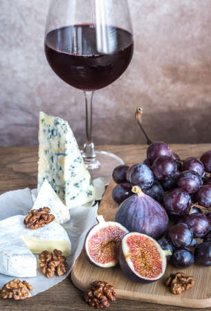 Red wine with cheese and fruits