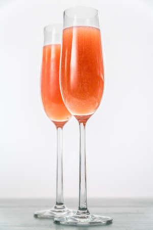 Due bicchieri di cocktail bellini