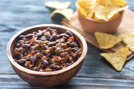 tortilla de maiz: Tazón de chili con carne con chips de tortilla