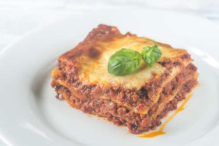 Gedeelte van lasagne op de houten lijst