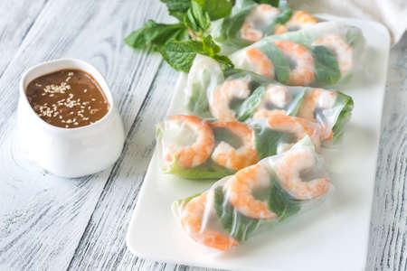 Rollos de papel de arroz con camarones con salsa de maní