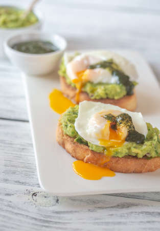 Sandwiches with guacamole and poached eggs Banque d'images