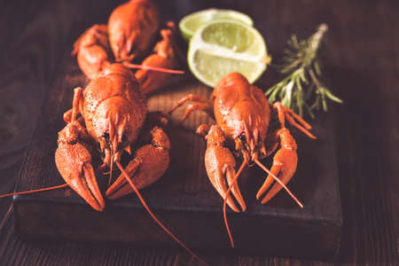 Boiled crayfish on the wooden board Stockfoto
