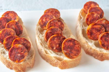 Sandwich au chorizo espagnol sur la plaque blanche