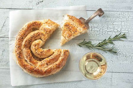Spiral phyllo pie with feta flat lay Imagens