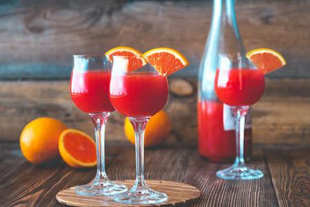 Drie glazen Mimosa-cocktail op de houten Stockfoto