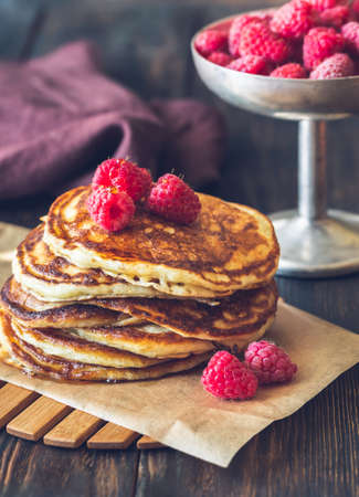 Stack of pancakes with fresh raspberries close-up Banque d'images