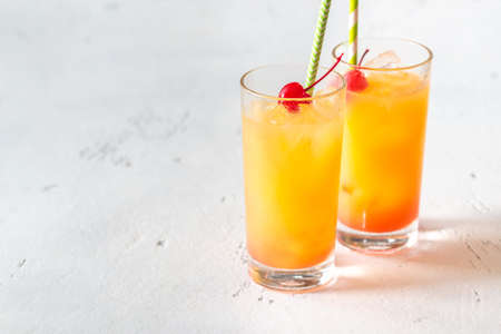 Two glasses of tequila sunrise cocktail Banque d'images