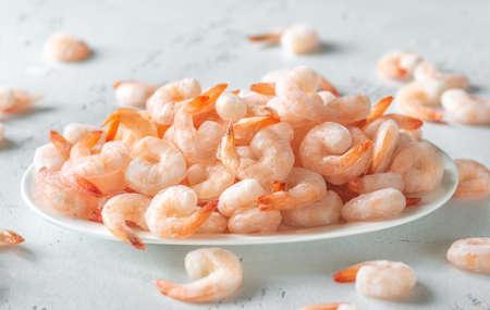 Un bol de crevettes congelées sur la table
