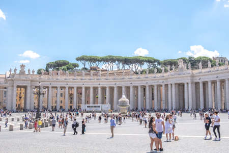 VATICAN CITY, VATICAN - JULY 14: St. Peters Basilica and St. Peters Square on July 14,2019. St. Peters Square is a plaza located in front of St. Peters Basilica. Redactioneel