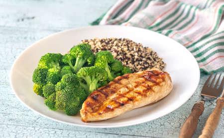 Gegrilltes Hähnchen mit gedünstetem Brokkoli und Quinoa Standard-Bild