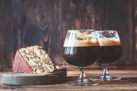 Two glasses of dark beer with Irish Porter Cheddar Standard-Bild - 133908494