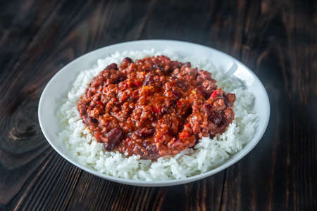 Chili con carne served with white long-grain rice Stockfoto