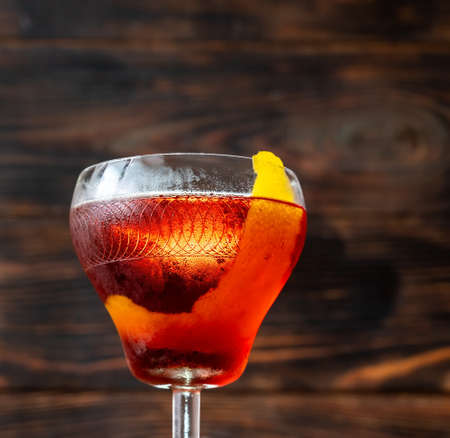 Glass of Boulevardier cocktail on wooen background 免版税图像