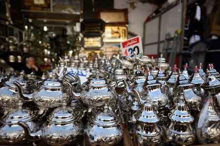 kettles: Teteras de metal en la exhibición en el mercado marroquí