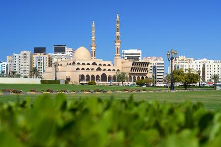 Al Ittihad Park y la mezquita del Rey Faisal en Sharjah. Foto de archivo - 99041458
