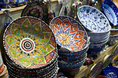 Mnoho věcí se prodávají v Grand Bazaar (Velký trh), jako je keramika, Istanbul, Turecko.