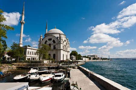Dolmabahce mešita na pobřeží Bosporu v Istanbulu v Turecku