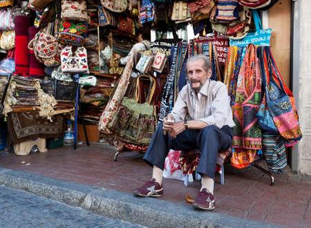 Mnoho věcí se prodávají v Grand Bazaar (Velký trh). Prodávající na Grand Bazaar v septemr 5, 2011, Istanbul, Turecko.