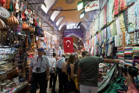 Turecko, Istanbul - 5. září: Uvnitř Grand Bazaar v Istanbulu. Velký bazar je dobře známý pro své šperky, keramiku, koření, a koberec obchody. 05.09.2011, Istanbul. Turecko. Redakční