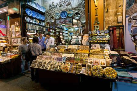 Typické přeplněné tržiště scéna těsně před Bairam v egyptské bazar (Istanbul Spice Market). 06.09.2011, Istanbul - Turecko. Redakční