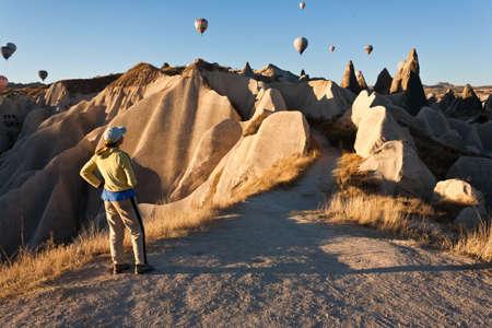 Horkovzdušný balón přes skalní útvary v Kappadokii, Turecko