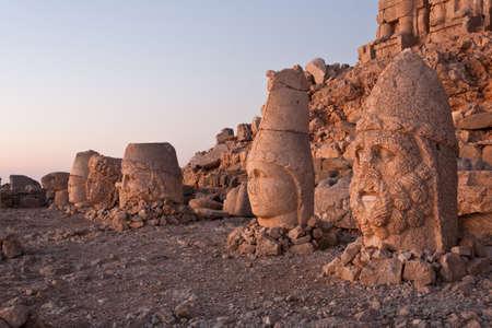 Svrhla hlavy bohů na vrcholu Nemrut Dagi v Turecku