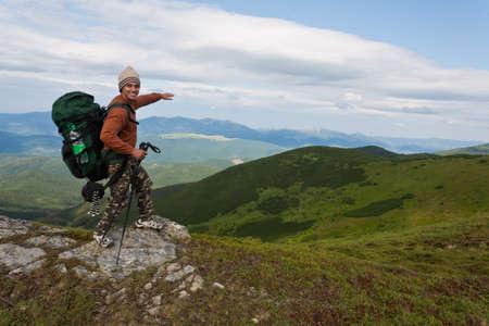 Šťastný tramp relaxaci ve vysokých horách.