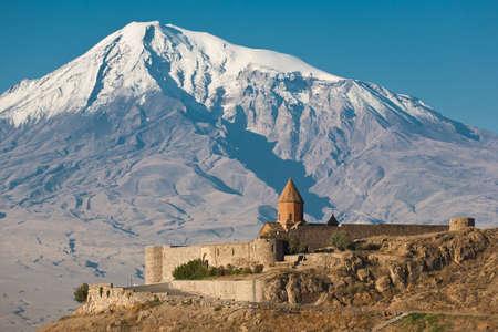Starověké arménský kostel Khor Virap s Ararat na pozadí