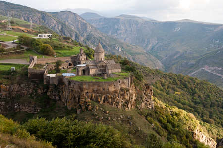 Klášter Tatev je arménský klášter 9. století se nachází na velké čedičové náhorní plošině poblíž obce Tatev v Sjunik.