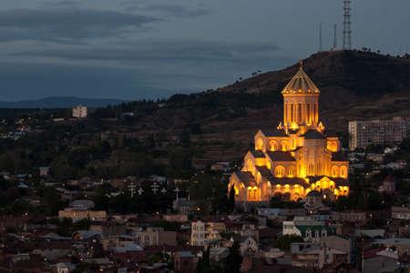 Vista nocturna de la Catedral de Santa Trinidad en Tbilisi, Georgia photo