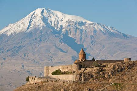 Starověké arménský kostel Khor Virap s Ararat na pozadí.