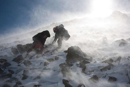 Turisté pohybující se v zasněžené Kamčatce regionu, Ruska