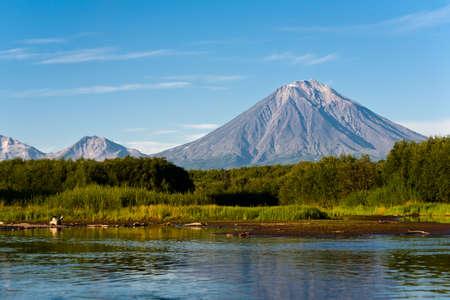 Krajina modrá obloha, sopka Koryaksy a řeka Avacha na Kamčatce, Rusko.