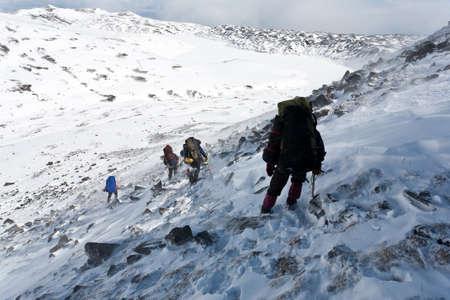 Turisté pohybující se v zasněžené Kamčatce regionu, Rusko.