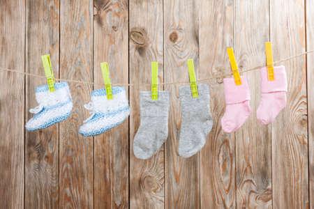 Bébés chaussettes tricotées sur un fond de bois.