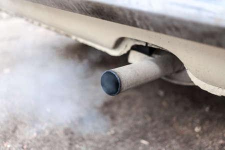 contaminacion aire: humos de combustión que salen del tubo de escape de los automóviles