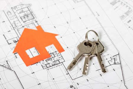 Modell Haus auf Bauplan für den Hausbau mit Schlüsseln. Immobilien-Konzept. Standard-Bild