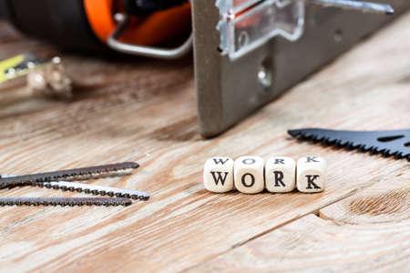 herramientas de trabajo: Palabra trabajo escrito sobre un bloque de madera. herramientas de trabajo concepto. Foto de archivo