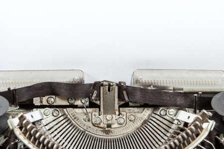 Starý starožitný stroj na psaní s papírem pro text. Koncepce tvorby spisovatele. Reklamní fotografie