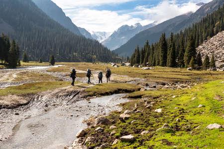 Skupina turistů v Tien Shan hory, Střední Asie, Kyrgyzstán. Lezení a horolezectví koncept. Reklamní fotografie