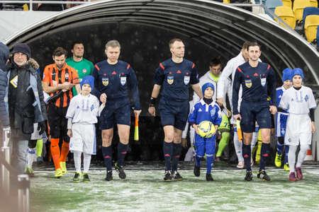 arbitros: Kiev, Ucrania - 12 diciembre 2016: Los árbitros Jefe antes del comienzo del partido de Ucrania Premier League Dínamo de Kiev ante el FC Shakhtar Donetsk en el estadio NSC Olimpiyskiy.