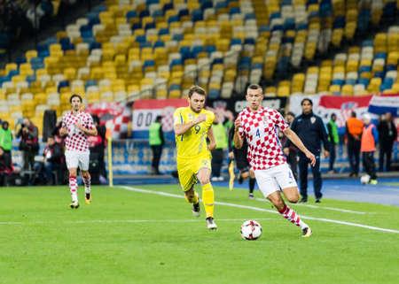 Kiev, Oekraïne - 9 oktober 2017: Ivan Perisic in actie tegen Oleksandr Karavaev. FIFA Wereldbeker 2018 Kwalificatieronde Oekraïne - Kroatië. Redactioneel